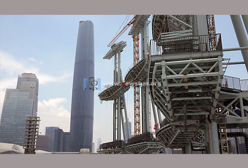 广州迎亚运,天河区珠江新城海心沙亚运开闭幕式会场四大巨大的装置,远处最高的建筑是珠江新城西塔……